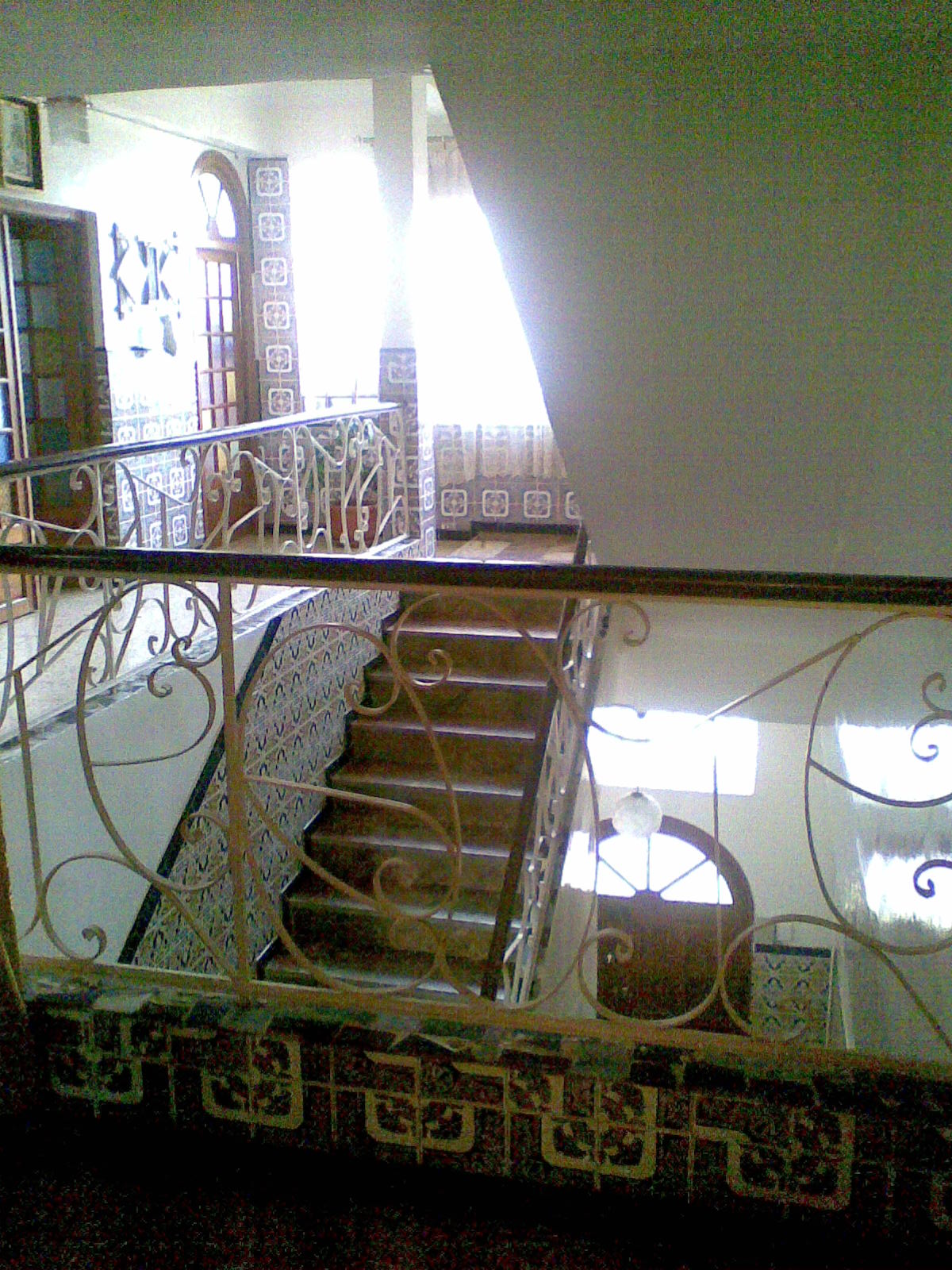 vente de villa a Cité Nigrel en face de la direction MOBILIS Mostaganem avec des locaux
