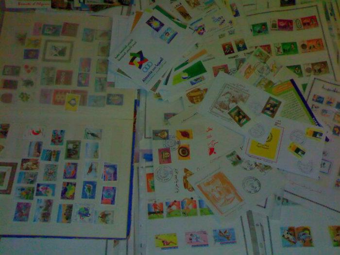 آلاف الطوابع البريدية وبطاقات سياحية للجزائر ولدول العالم