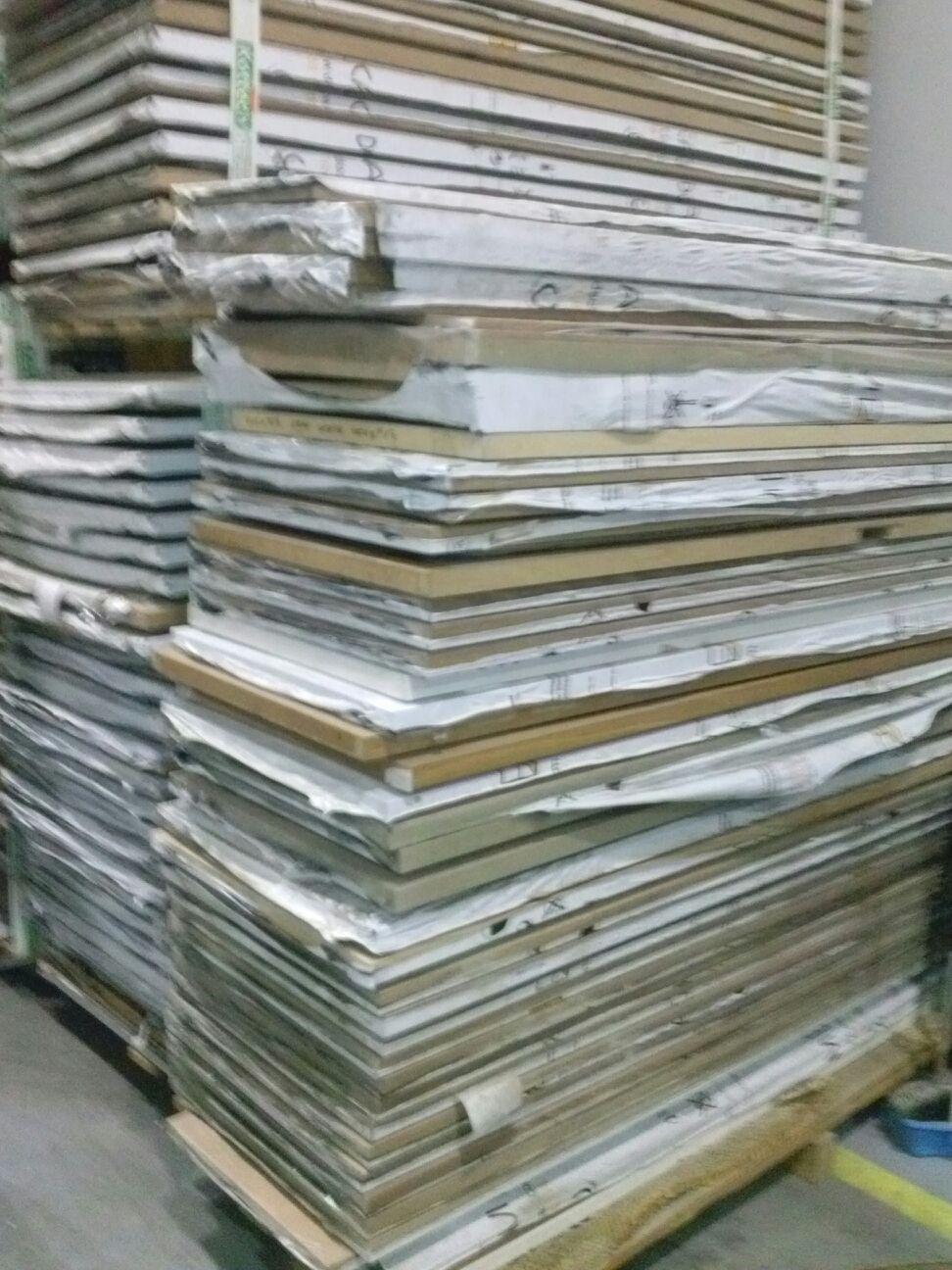 Nous liquidons un lot de portes en bois d'à peu près 4500 sise en Espagne.