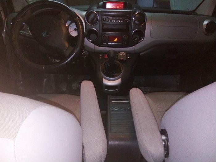 سيارة من نوع بيجو بارنتار