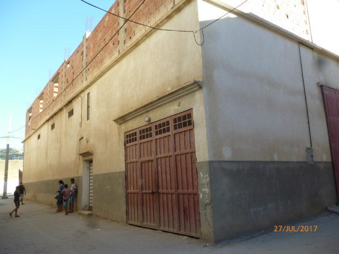 منزل في الطابق الأول بالإضافة إلى مستودعات ومخبزة بالطابق الأرضي
